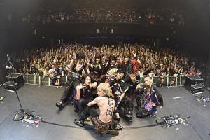 Picture with the crowd! Photo credit: Wagakki Band on Twitter